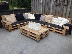 meuble en palette canapé d\'angle avec une table basse à roulettes ...