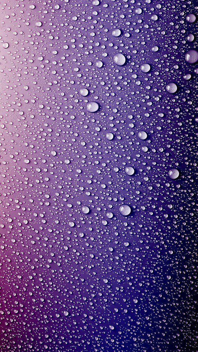 Gotas de água sobre um fundo colorido