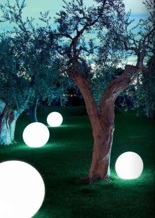 Lampada a sfera luminosa made in Italy, ideale per rendere speciale l'atmosfera del vostri giardino o del vostro soggiorno. Adatta a esterno e interno. Ulteriori dettagli su www.luxurygarden.it