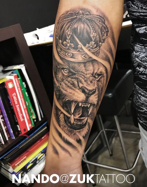 Tatuaje De Un León Con Una Corona Zuk Tattoo Piercing Lleida