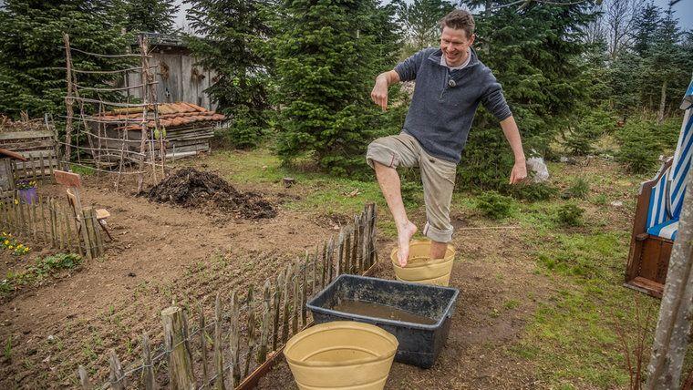 Barfuss Weg Im Eigenen Garten Anlegen Garten Anlegen Ziegelsteine Maurerkubel