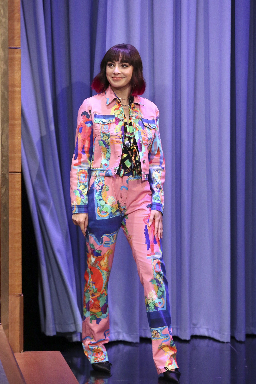 Charli xcx rocks versace on the tonight show starring