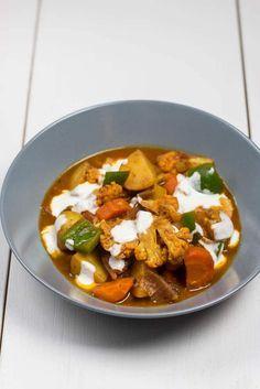 Köstliches und einfaches Indisches Gemüse Curry mit leckeren Gewürzen, Kartoffeln und allem was die Küche noch an Gemüse anzubieten hatte.