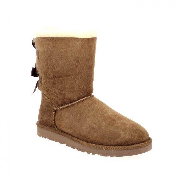 9d687ff3f6e8  Bessec Boots  UGG BAILY BOW Camel à 220€ disponible sur www.bessec- chaussures.com ou dans nos magasins.