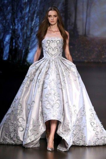 95bc9cf94cb8 Abito da sposa asimmetrico Ralph   Russo - Modello con gonna ampia  impreziosita con decori tra gli abiti da sposa Haute Couture  Autunno Inverno 2015 2016