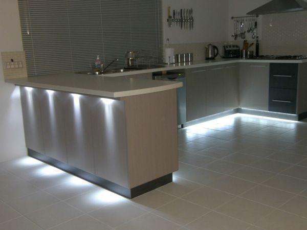 Led Beleuchtung in Küchensockelblende und unter Arbeitsplatte ...