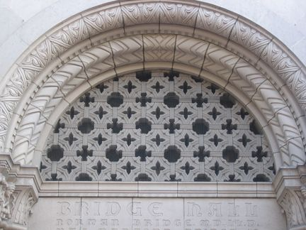 Geometric Pattern On The Arch Over The Entrance To Bridge Hall Usc Marshall School Of Business Usc Architecture Family Room