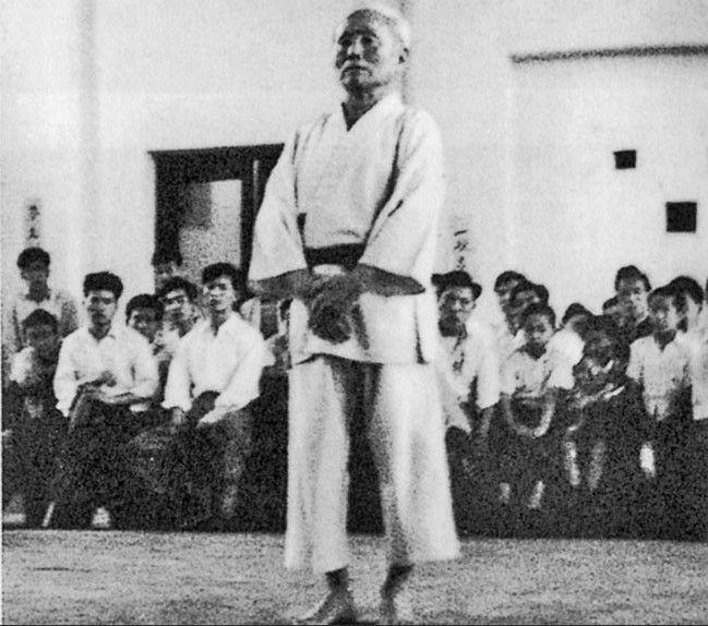 1955_FUNAKOSHI_Gichin_Tekki_exhibicion