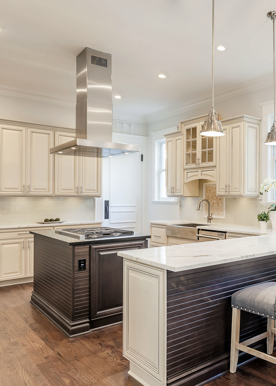 This Two Toned Kitchen Features Springfield Maple Antique White Chocolate Glaze And Springfield Map Online Kitchen Cabinets Buy Kitchen Cabinets Kitchen Design