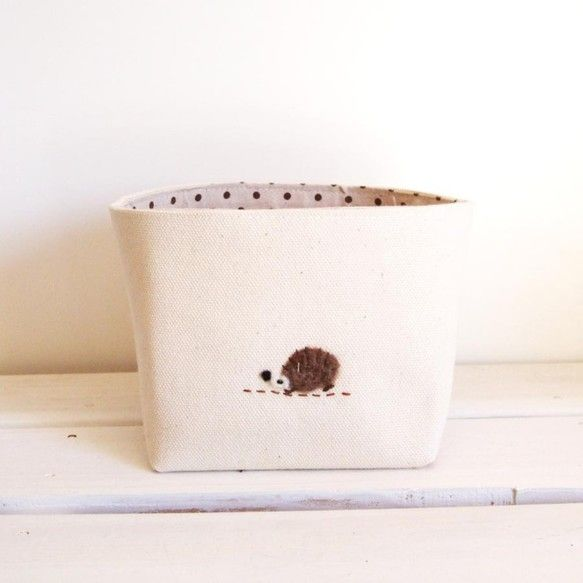 生成のキャンバスで作ったバスケット。 CDが入るサイズで作りました。 トレードマークのはりねずみのアップリケを付けました。--------- サイズ ----...|ハンドメイド、手作り、手仕事品の通販・販売・購入ならCreema。