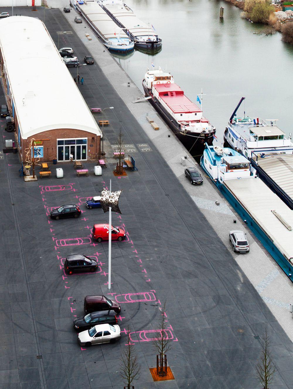 Het ontwerp van het nieuwe havenplein is afgerond en zal worden gebouwd in 2013. Bedekt met zwarte prefab betonplaten, roze geschilderde pictogrammen, hergebruikt bakstenen en een lappendeken van natuursteen langs de kade, straalt het plein pretentieloosheid met een flinke scheut plezier uit. Twee iconische roestvrij stalen verlichtingsarmaturen, die doen denken aan zeilen, verlichten het plein… Lees verder