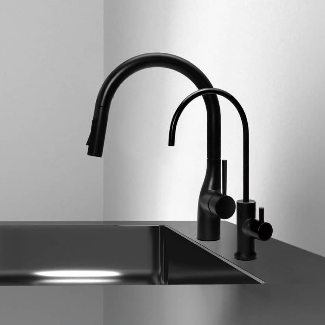 ヤンマー産業からマットブラックの浄水器水栓が販売されており 年末の納品案件で初めて採用することになりました 最近 ブラック系の水栓は増えてきていましたが 浄水器用水栓となると 海外製水栓の1種類しかありませんでした ヤンマーオリジナルのcarbone