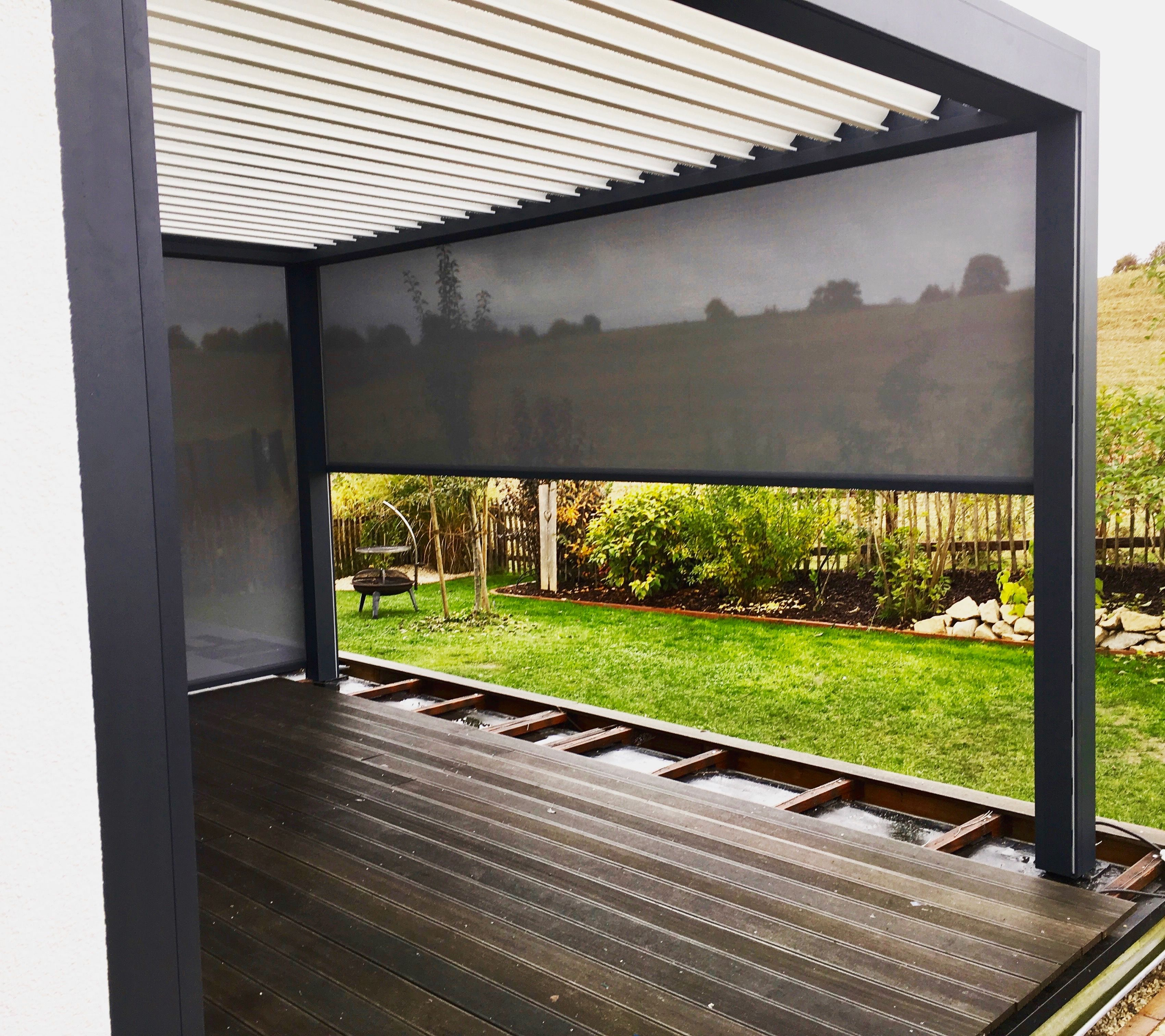 Lamellendach, einfach optimaler Sonnen- und Wetterschutz mit der bioclimatischen Pergola B200, mit drei Vertikalanlage als Zip mit Screen. [FEROBAU] #terassenüberdachung