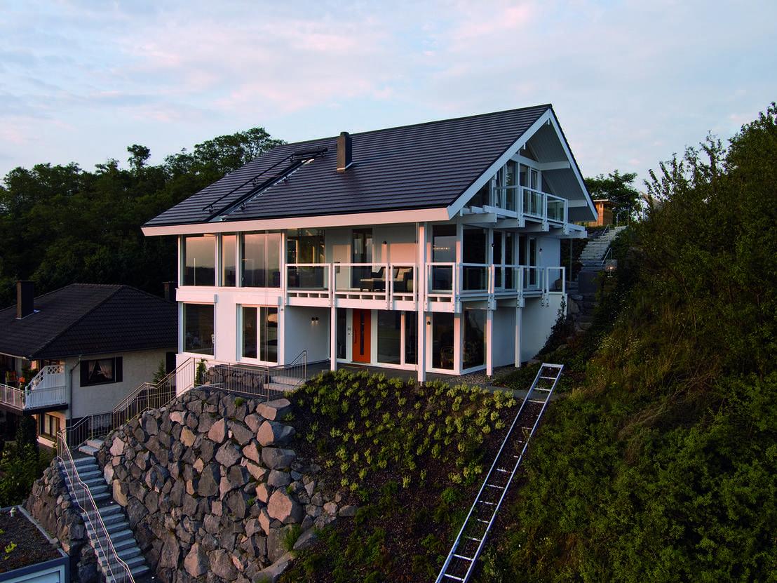 Das Einfamilienhaus, das wir euch in diesem Ideenbuch vorstellen möchten, wurde im Siebengebirge direkt an einen Hang gebaut.