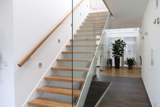 Treppenaufgang mit Glas-Trennwand - großzügige Stadtvilla Haus