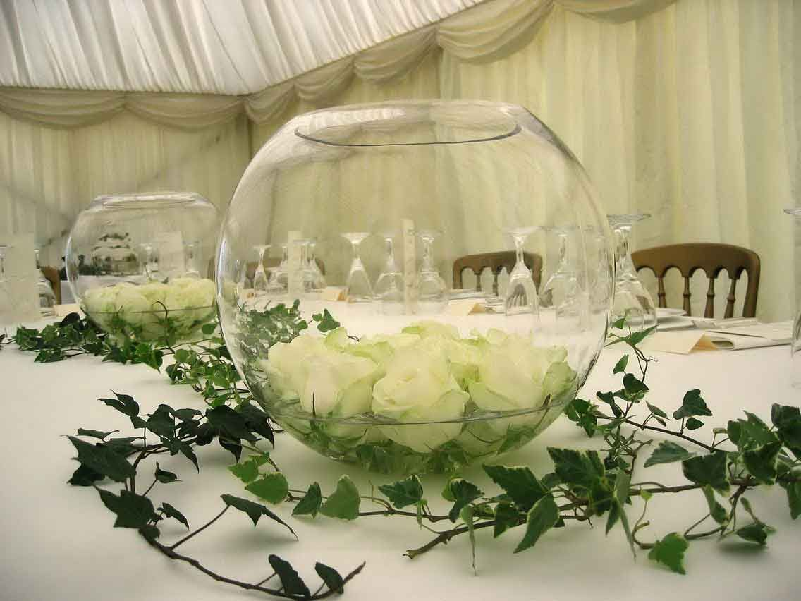 White roses in 39 fish bowls 39 with some water surrounded by ivy - Deco table rose ...