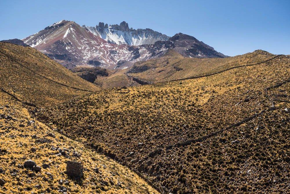 mumien und gebeine / juli 2016 - https://wu-tour.de/mumien-und-gebeine-juli-2016/ - ACHTUNG: wir haben unsere doktorarbeiten in der anatomie gemacht. somit üben die mumien und gebeine auf uns eine gewisse faszination aus. wer sich bei deren anblick gruselt, sollte diesen blog überspringen. diese gebeine sind in einer höhle am vulkan thanupa am nördlichen salarrand. damals suchten die bewohner in der höhle   #overland #overlanding #adventuretravel #t