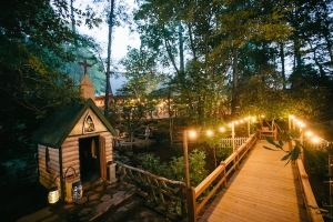 I would be lying if I told you I was an outdoorsy girl, but after seeing this wedding, that may have to change. Photographed by Blue Bend Photography and set against the stunning Blue Ridge Mountains, this rustic North Carolina