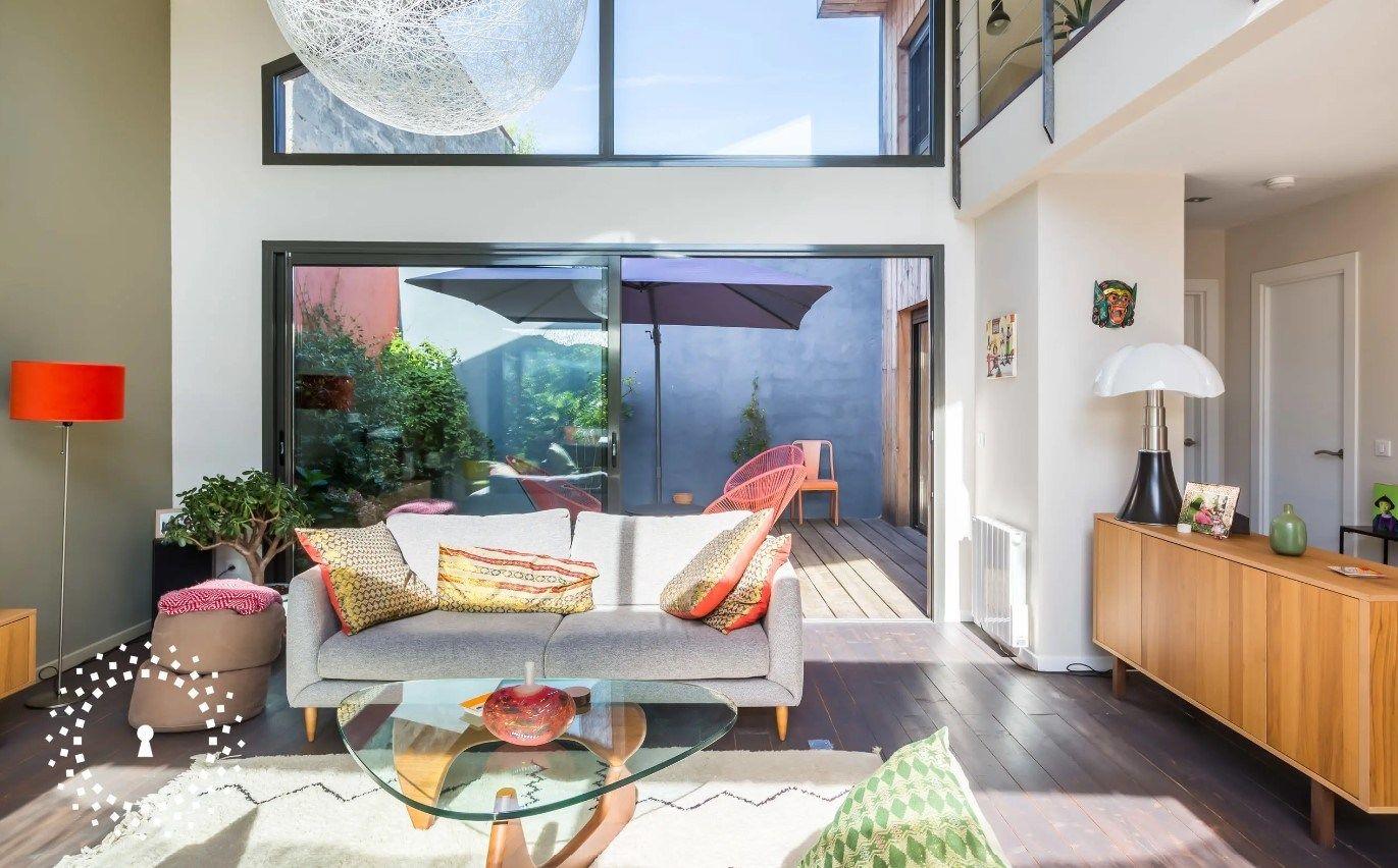 Un Beau Loft Lumineux A Bordeaux Esprit Laita En 2020 Decoration Maison Bel Appartement Placard Integre