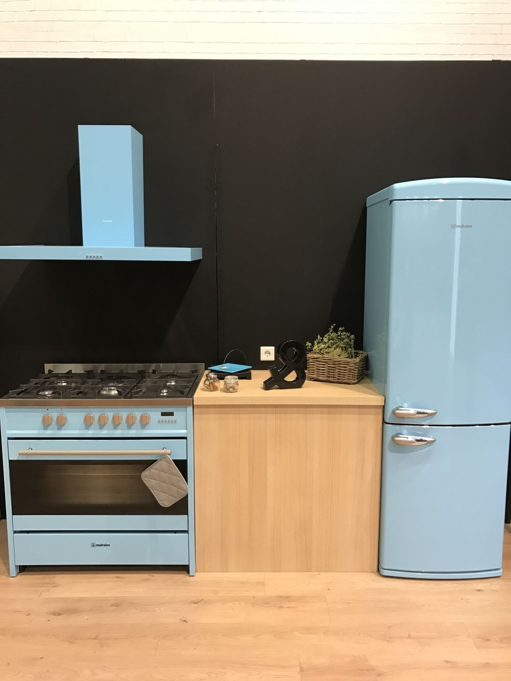 Farbige Küchengeräte, die mit RetroCharme erfüllt sind