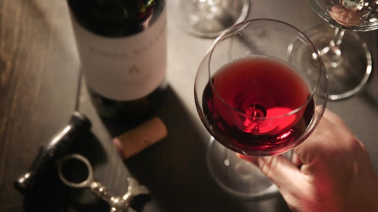 Гифка бокалы с вином, картинка днем рождения