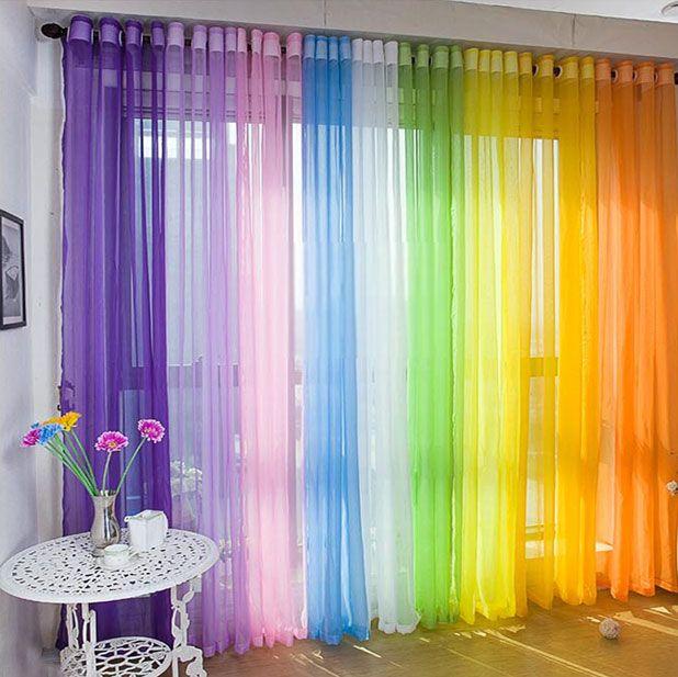 Яркие шторы из органзы в гостиной - фото