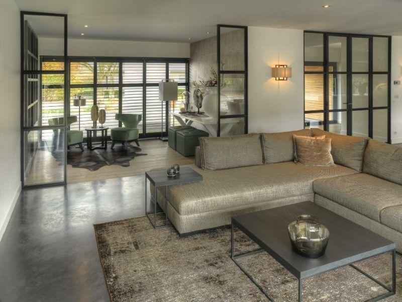 Strakke moderne woningen in minimalistische stijl bouwbedrijf