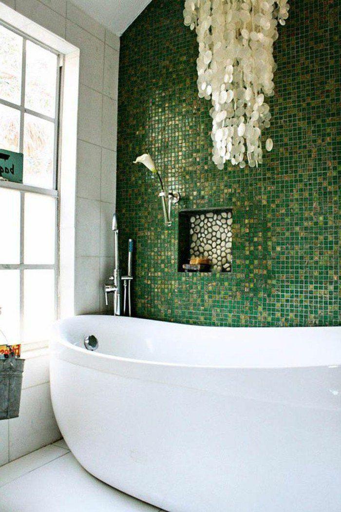 salle de bain blanche avec baignoire ovale en blanc, mur en mosaique vert