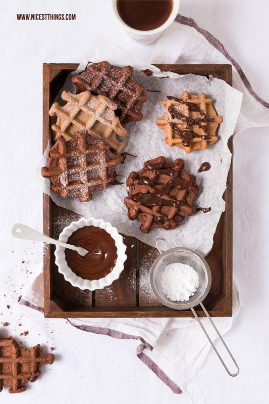 schokoladen waffeln mit kakao und puderzucker in der kiste kuchen und torten kuchen. Black Bedroom Furniture Sets. Home Design Ideas