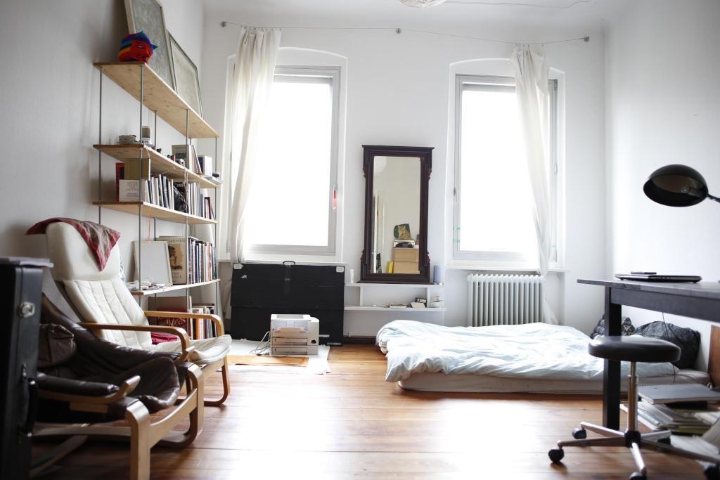 Grosses Helles Wg Zimmer In Berlin Mit Minimalistischem Bett Wgzimmer Einrichtung Schlafzimmer Bett Regal Bucherregal Bedroom Wg Zimmer Wohnung Wohnen