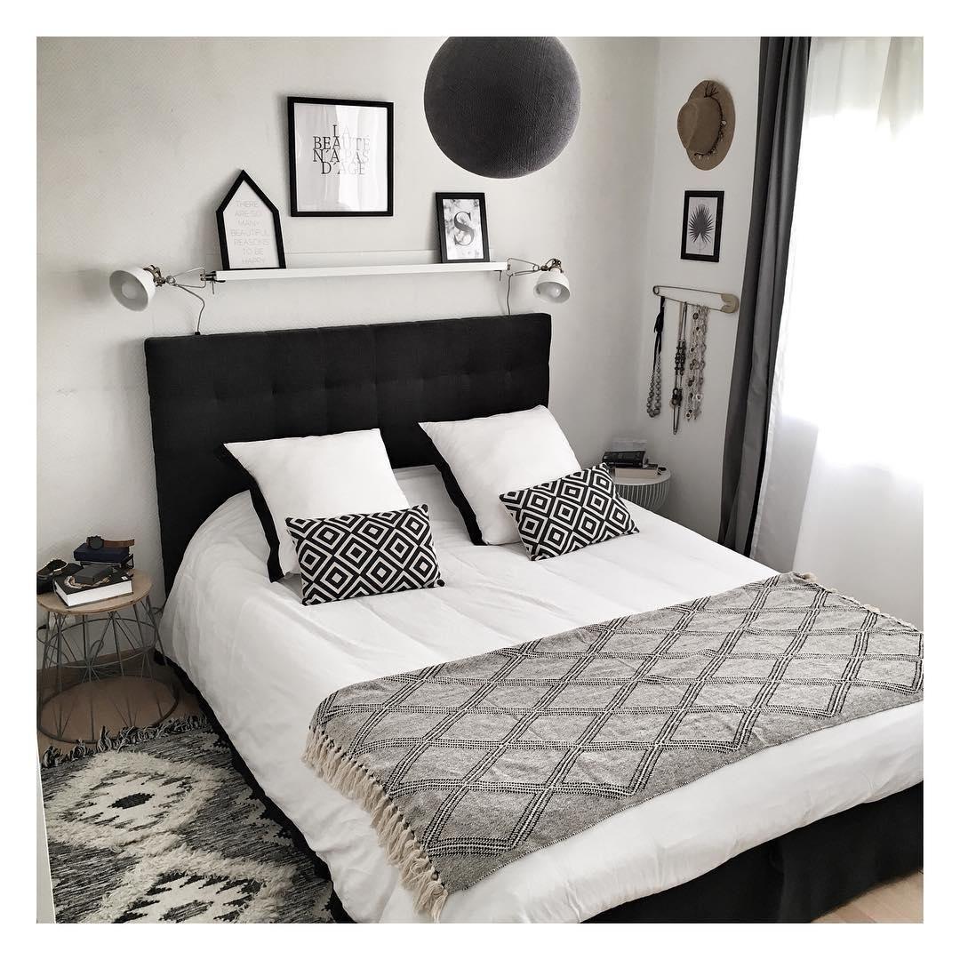 Schickt eingerichtetes Schlafzimmer mit schwarzweißen
