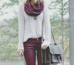 Buzo de lana color blanco, acompañado con un pantalón bordo al igual que la bufanda. Un bolso para completar.
