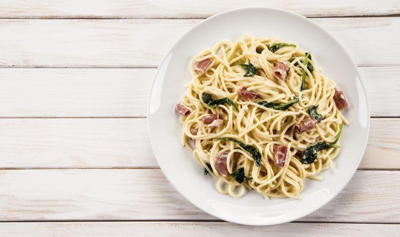 Espaguetis con espinacas, taquitos de jamón y ajos tiernos