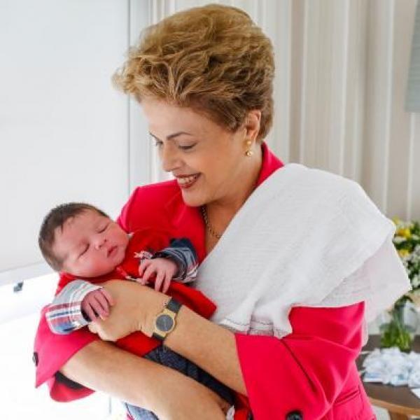 Presidenta #Dilma Rousseff com o seu segundo neto, Guilherme, em foto postada nas redes sociais  http://goo.gl/S4wCiT  Foto: Roberto Stuckert Filho/PR