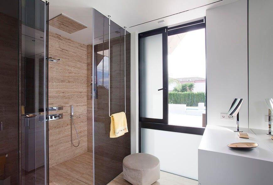 Das Schwarze Glas und Marmor-Motiv erstreckt sich in das Badezimmer ...