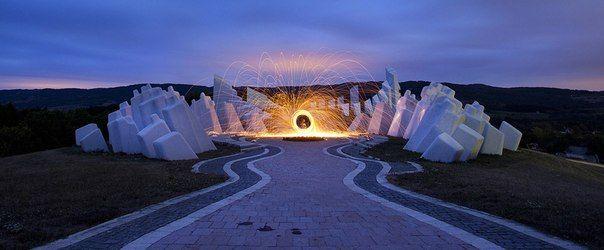 Spomenik Kadinjača - необычный мемориальный комплекс среди гор в Западной Сербии. Посвящен воинам партизанского отряда, защищавшим свой город Ужице от немецких захватчиков в ноябре 1941 года. Комплекс был открыт в 1979 году президентом Югославии Иосифом Броз Тито.  Ночью это место невероятно мистическое.