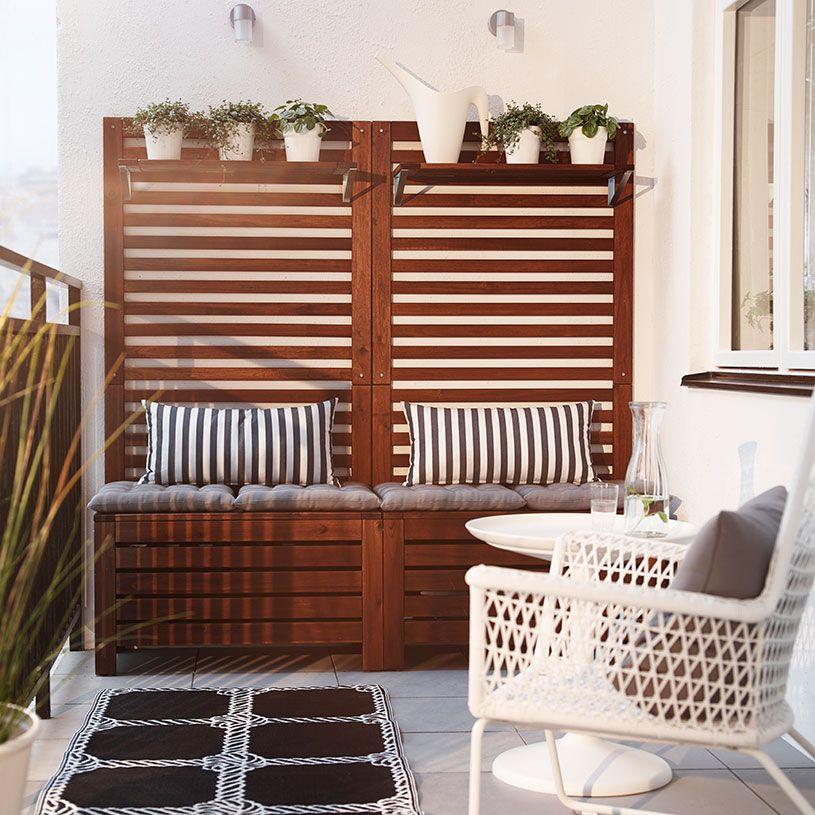 Terraza con bancos de madera marrones con cojines de asiento ...