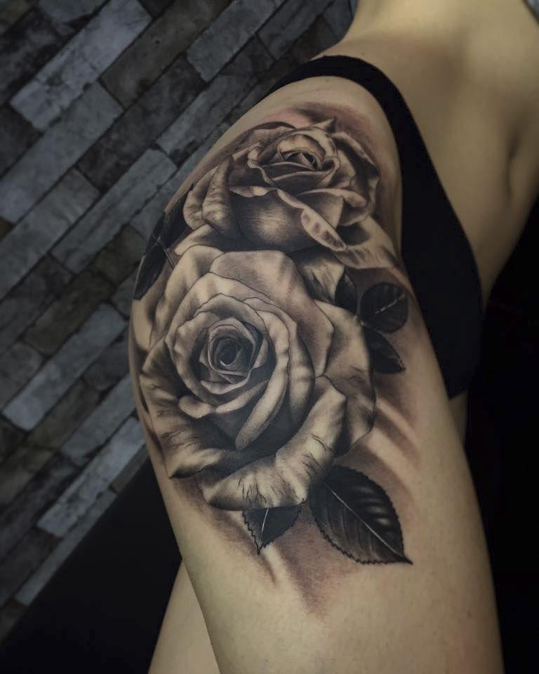 Tatuaje Realista Femenino De Rosas En Caderas Blanco Y Negro