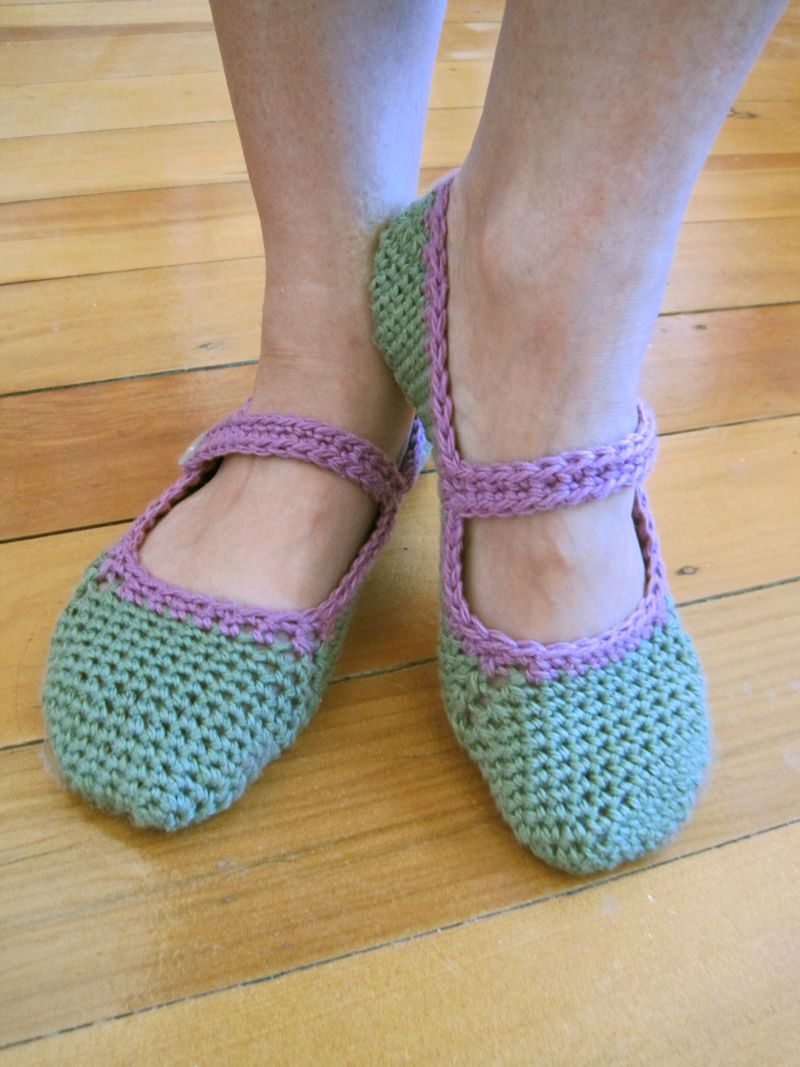 Free pattern for crocheted Mary-Jane slippers | Zapatillas, Patrones ...