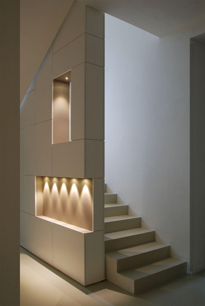 J'aime l'idée des niches et de leurs jeux de lumière dans le mur de séparation des escaliers.