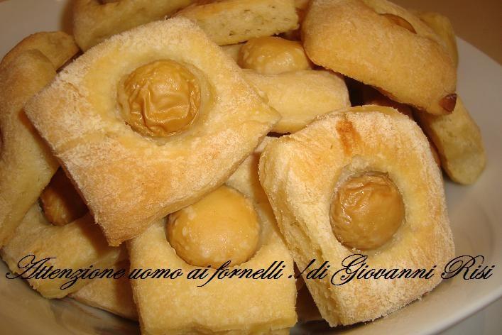 Bocconcini di pane con funghetti sott'olio si potranno mangiare sfiziosamente come degli spuntini durante un happy hour, o un semplice aperitivo.