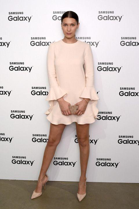 d3a826064 Espectacular con un minivestido rosa palo con volantes en los puños y en la  falda