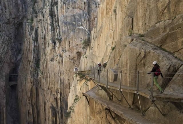 Watch: El Caminito del Rey, El Chorro, Spain / Espanha http://destinations-for-travelers.blogspot.com.br/2015/07/el-caminito-del-rey-el-chorro-spain.html
