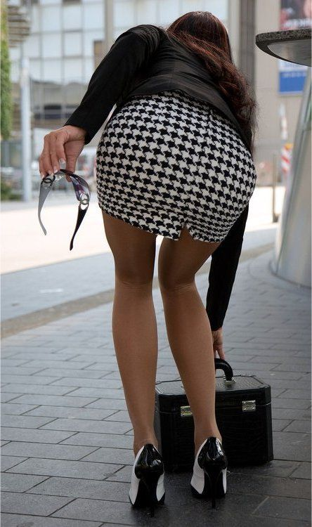 stylish traveling in black and white mini skirt and