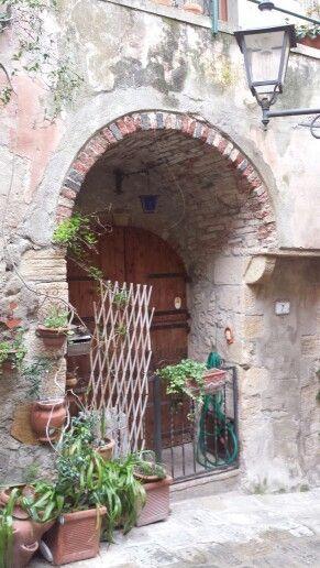 Un portale caratteristico in Capalbio, Tuscany