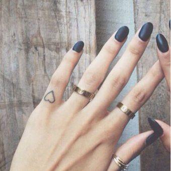 Un Tatouage Coeur Sur Le Doigt Idees De Tatouages Finger Tattoos