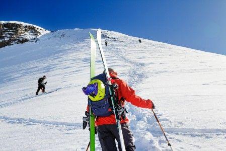 Les 2 Alpesin Bellecombes-hissin yläasemalta voi jatkaa nousua lihasvoimin.