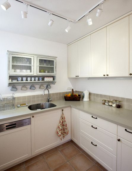 מטבח כפרי לבן+שיש אפור ירוק+חיפוי קיר אפור