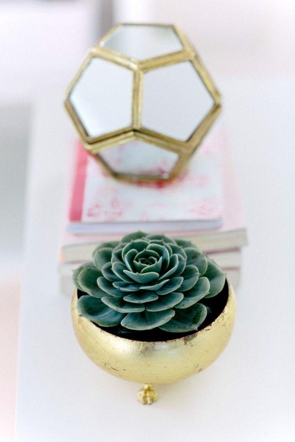 Linda essa escolha de paleta de cores! Coral + Rosa + Branco! Quer ver mais ideias de lindos espaços de trabalho? Passa no www.ameninadafoto.com.br! Um beijo, Amanda Costa