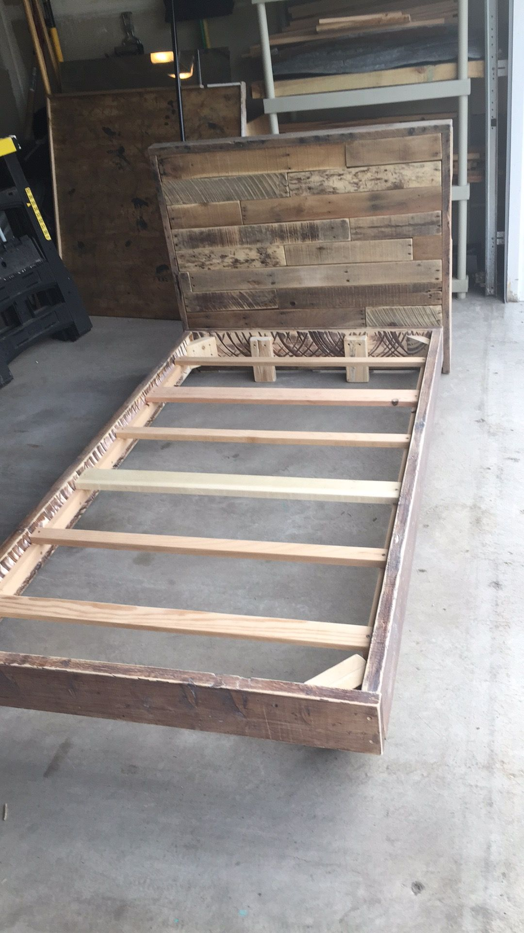 Twin Bed And Pallet Headboard Diy Twin Bed Pallet Headboard